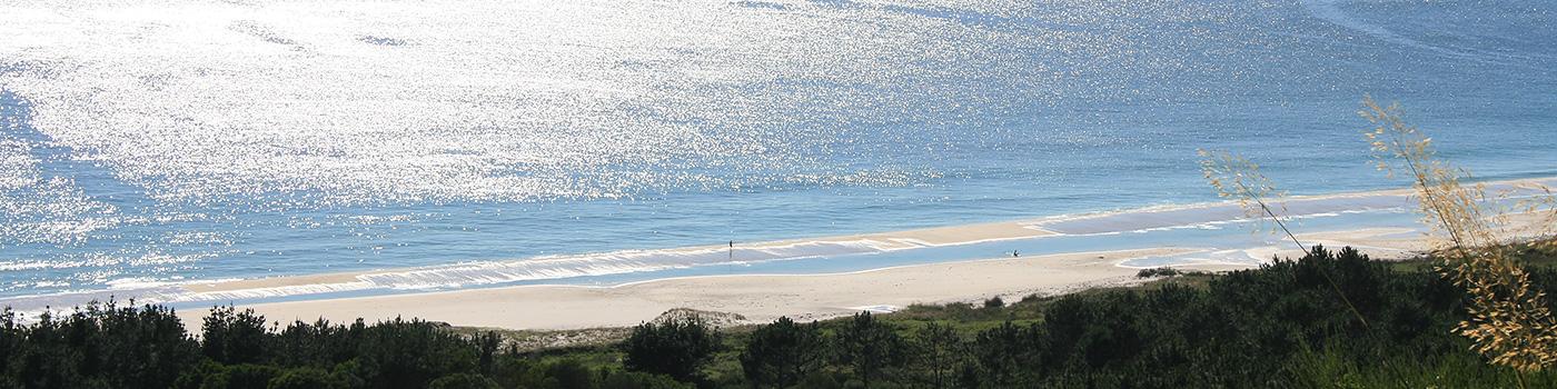 Mit Blick auf den Strand in Lariño vom Narahío Berg